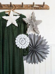 Fold your own paper stars for Christmas - so do you Woodland Christmas, Christmas Bells, Handmade Christmas, Christmas Home, Vintage Christmas, Christmas Crafts For Adults, Christmas Decorations For The Home, Christmas In Australia, Christmas Interiors