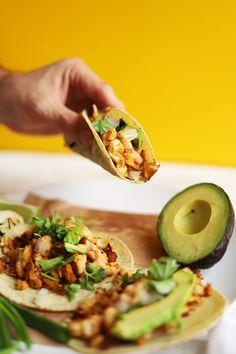 Tacos de coliflor y chipotle - Meatless meals - Recetas Raw Food Recipes, Veggie Recipes, Mexican Food Recipes, Cooking Recipes, Healthy Recipes, Vegan Foods, Vegan Vegetarian, Vegetarian Recipes, Healthy Tacos