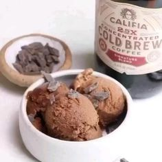 📝INGREDIENTS📝 (For 4 Servings) 3 ripe bananas sliced and frozen 1 teaspoon pure vanilla extract ½ cup cold brew coffee cup unsweetened cocoa powder Chocolate chunks for serving. Köstliche Desserts, Frozen Desserts, Healthy Dessert Recipes, Snack Recipes, Easter Desserts, Banana Coffee, Coffee Ice Cream, Banana Ice Cream, How To Make Cappuccino