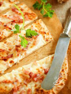 La Pizza con stracchino prevede la pasta già pronta ma se avete un po' di tempo in più, la cuoca di Spadellandia vi insegna l'impasto casalingo!