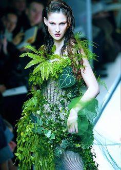 The green leaf bridal dress at Jean Paul Gaultier Spring/Summer Haute Couture Unique Fashion, Weird Fashion, Floral Fashion, Fashion Design, Botanical Fashion, Green Fashion, Fashion Vintage, Steampunk Fashion, Modern Fashion