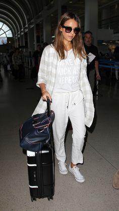 Jessica Alba http://en.louloumagazine.com/fashion/celebrity-style/celebs-are-all-about-these-under-80-iconic-shoes/ / http://fr.louloumagazine.com/mode/looks-de-stars/les-stars-sarrachent-ces-sneakers-a-moins-de-80/
