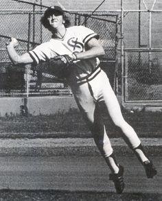 Robin Yount en Puerto Rico - En su año como novato en las Grandes Ligas (1974) y con 19 años de edad juega con el equipo de los Cangrejeros de Santurce en la Liga Invernal. Cabe destacar, que ese año juega bajo las órdenes de Frank Robinson, quien era el dirigente del equipo.