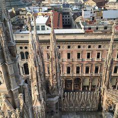 Faut pas avoir le vertige face en bas au #Duomo de #Milan #Blogville #InLombardia - Instagram by moimessouliers