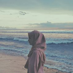 #sunrise #beach Ootd Hijab, Girl Hijab, Ootd Poses, Hijab Dpz, Doa Islam, Beach Poses, Screen Wallpaper, Beach Photography, Beach Pictures