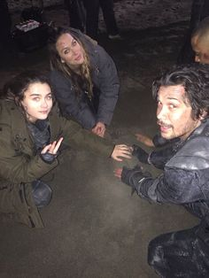 lola flanery and bob morley on set The 100 Cast, The 100 Show, It Cast, Marie Avgeropoulos, Eliza Taylor, Bellarke, Dc Movies, Movie Tv, Lexa E Clarke