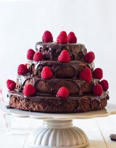 Een beauty van een verjaardagstaart: brownie laagjestaart met ganache en frambozen.