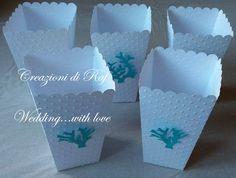 Scatole portaconfetti che ricordano i porta popcorn, lavorate a pois e con coralli applicati...per una confettata a tema mare