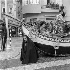 30 Interesting Black and White Photographs That Capture the Fishing Life in Portugal from the ~ vintage everyday Old Photos, Vintage Photos, Portuguese Culture, Visit Portugal, Fishing Life, Big Waves, Fishing Villages, Best Cities, Countries Of The World