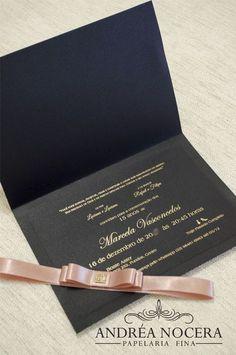 Modelo de convite preto, dourado e nude/rose para debutantes com detalhes e cores maravilhosos! Brasão dourado e impressão de arabescos são detalhes que fazem toda a diferença para um convite elegante e diferenciado!