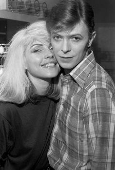 Debbie Harry und David Bowie, der damals bereits ein Superstar war. Das Bild entstand 1977 backstage während Iggy Pops 'The Idiot'-Tour