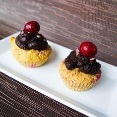Fruchtige Schwarzwälder-Kirsch Geburtstags-Cupcakes mit Schoko-Haube