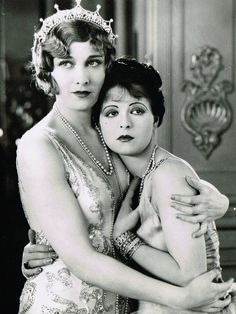Esther Ralston and Clara Bow in 'Children of Divorce', The scandal sheets circulated lots of wild rumours during Clara's life, including that she was a lesbian. This is not true. She did work on several films with famed lesbian director Dorothy Arzner. Old Hollywood, Hollywood Glamour, Hollywood Stars, Classic Hollywood, Silent Film Stars, Movie Stars, Divas, Vintage Lesbian, Vintage Kiss