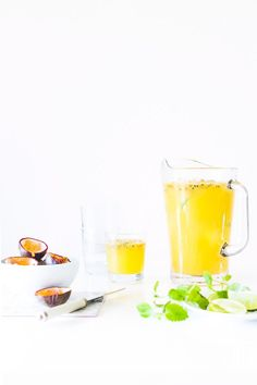 Passion fruit and lime cocktails - recipe with passion fruit Lime Cocktail Recipes, Cocktail Drinks, Cocktails, Non Alcoholic Drinks, Cold Drinks, Fun Drinks, Juice Smoothie, Smoothies, A Food