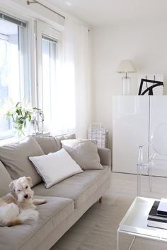Homevialaura | living room | Boknäs Julia sofa | white linen curtains | Gauhar linen cushion