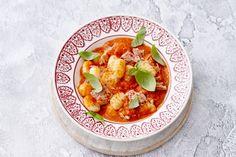 Hoe je heel makkelijk de lekkerste tomatensaus maakt? Pof verse tomaten een kwartiertje in de oven - Recept - Allerhande