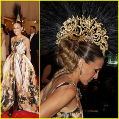 Sarah Jessica Parker – Met Ball 2013 Red Carpet Sarah Jessica Parker turns heads as she arrives on the red carpet at the 2013 Met Gala held at the Metropolitan Museum of Art on Monday (May in New York City. Philip Treacy Hats, Giles Deacon, Punk Dress, Celebrity Red Carpet, Sarah Jessica Parker, Old Actress, Celebs, Celebrities, The Girl Who