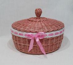 Корзинка для конфет и печенья, плетеная из газет
