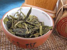 Long Jing o Lung Ching Tè Verdi Tè Verde - Un altro dei 10 tè più famosi della Cina. Nonostante sia un verde aiuta a rimanere svegli! Il sapore è dolce con decisi ricordi di catagna, ci mette un pò a diventare amaro e questo, oltre il contenuto in teina, lo rendono perfetto per la colazione.