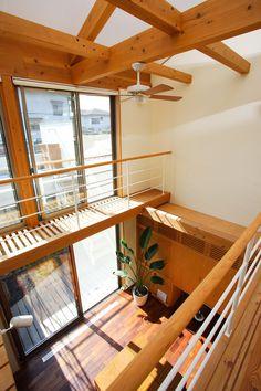 吹き抜けの明るいリビング。窓の掃除がしやすいキャットウォーク Container Home Designs, Style At Home, Roof Design, House Design, Off Grid House, Bungalow Interiors, Japanese Interior Design, Natural Home Decor, Japanese House