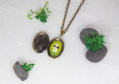 Collar Kodama guardapelo – ghibli espíritu del bosque kawaii colgante miniatura Mononoke de BunniesInTheSky en Etsy https://www.etsy.com/es/listing/477970310/collar-kodama-guardapelo-ghibli-espiritu