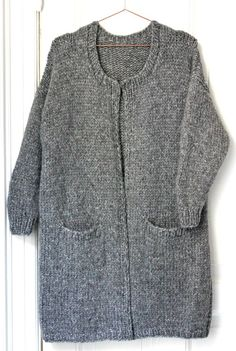 De lange striktrøjer er toptrendy, og det kan man jo godt forstå, for dels er… Knitting Patterns Free, Knit Patterns, Free Knitting, Free Pattern, Crochet Cardigan, Knit Dress, Knit Crochet, Winter Sweaters, Sweaters For Women