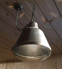 Industrieel maar net even anders? Dat is de Gaas lamp van LABEL51. Hij heeft een stoere ijzeren afwerking en aan de onderkant is hij afgewerkt met Gaas. De ketting kun je inkorten, zodat de lamp precies de juiste hoogte heeft. Je bevestigt hem eenvoudig aan het plafond. www.label51.nl
