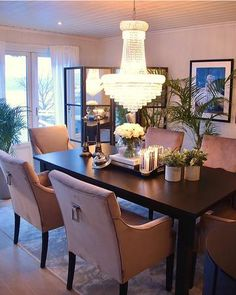 Den amerikanske boligdrømmen i Norge Decor, Furniture, Interior And Exterior, Interior, Dining, Dining Table, Table, Entryway Tables, Home Decor