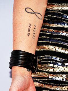 SchauspielerinPauley Perrette hat das Infinity-Tattoo-Motiv noch mit Römischen Zahlen kombiniert.
