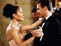 """jennifer Lopez e Ralph Fiennes em ENCONTRO DE AMOR (Maid in Manhattan). 1-"""" - Sabe guardar segredo?  - Sei.  - Eu também."""""""