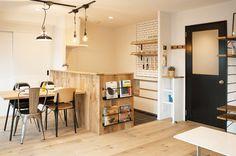神戸市、築19年の中古マンションをフルリノベーション。 造作のキッチンカウンターやフローリングに用いた無垢と 壁面の白でまとめられたやさしい空間でありながら、 リビング天井の一部に躯体を現し、遊び心とアクセントを。 ダイニング横の三連戸収納やベッドルームのウォークインクローゼットなど、 実用性と機能性も兼備した、光の射す明るい住まい。