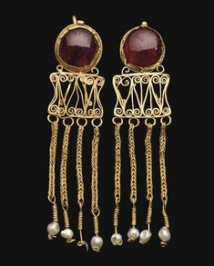 A PAIR OF ROMAN GOLD AND GARNET EARRINGS -  CIRCA 2ND-3RD CENTURY A.D.