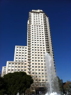 Es uno de los edificios icono de la ciudad de Madrid. Tras su construcción, en 1960, se convirtió en el rascacielos más alto, no solo…http://www.rutasconhistoria.es/loc/torre-de-madrid
