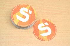 Carte de visite ronde orange et blanche pour une entreprise d'enseigne-signalétiques Lululemon Logo, Orange, Logos, Business, Cards, Logo