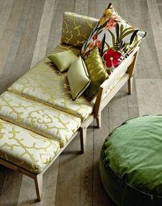 Chaise longue di Plinio il Giovane con cuscino di Dedar. Cuscini di Surcanapé e Dedar, pouf di Rubelli.