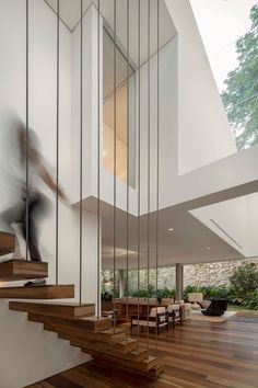 Moleca lounge armchair by Sergio Rodrigues and Rio chaise by Oscar Niemeyer available at Espasso. Midcentury modern and contemporary Brazilian design. C House by Studio Arthur Casas. Architecture Design, Amazing Architecture, Architecture Student, Contemporary Architecture, Design Exterior, Interior And Exterior, Escalier Art, Exterior Tradicional, Studio Arthur Casas