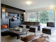parete attrezzata e camino in acciaio living da Meritalia coffe table è il modello Xilos di Maxalto, firmato da Antonio Citterio. I divani sono Ikea.