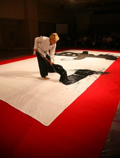 Japanese calligrapher, Koji .. So this is how you use those giant paintbrushes