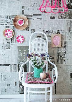 Parede de jornal numa decoração super feminina