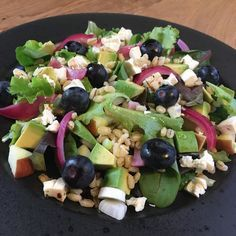 Fantastisk lækker blandet salat med syltede rødløg, bagte cherrytomater, fetaost og ristede pinjekerner. Perfekt til næsten en hvilken som helst middagsret. Raw Food Recipes, Salad Recipes, Vegetarian Recipes, Healthy Recipes, Vegetarian Dish, Fruit Salad, Cobb Salad, Food To Make, Salads