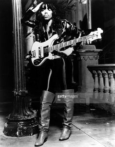 Photo of Rick JAMES; Posed full length studio portrait of Rick James with a guitar R&b Artists, Music Artists, Rick James Super Freak, Teena Marie, R&b Albums, Funk Bands, Cool Electric Guitars, Roll Hairstyle, Old School Music