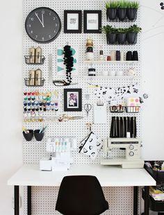 Esses painéis perfurados são uma ótima ideia para organizar itens de escritório, material escolar, material de artesanato...Para organizar decorando, contrate a Brinco de Casa! #personalorganizer #organização