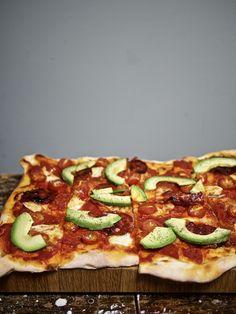 Pizza mit Avo und Chorizo / http://piasdeli.de/Rezept/pizza-mit-avo-und-chorizo/