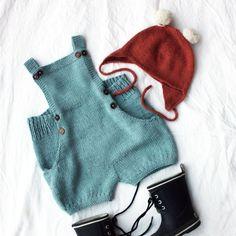 """Hu og hei! FOR et morsomt strikkeprosjekt! Superdupermegaflinke @knitsandpieces kan det virkelig, altså! Jeg er hoppende glad for at jeg fikk teststrikke #olasshorts, for maken til stilig plagg skal du lete lenge etter. Snuppa elsket dessuten lommene, og fylte dem straks med lekedyr  Dette blir en klar favoritt  I samme slengen tar jeg favorittlueutfordringen som jeg fikk fra samme flotte dame: Ja, vi elsker #moholtlue med """"ballball"""" på toppen"""