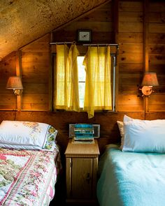 Love this little cabin bedroom ♡