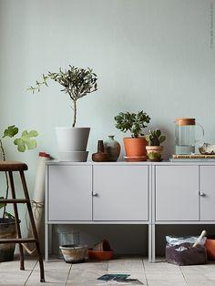 Deze LIXHULT kasten zijn retro en praktisch   IKEA IKEAnederland IKEAnl kast opberger opbergen grijs planten handig inspiratie accessoires decoratie