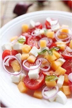 Salade de tomates cerise, melon et mozzarella à la menthe croustillante