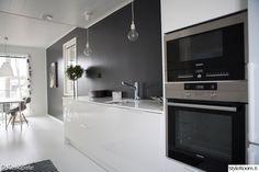 keittiö,musta seinä,valkoinen keittiö,yksityiskohtia,keittiön sisustus