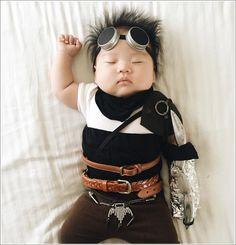 Une maman s'amuse à déguiser son bébé pendant la sieste...