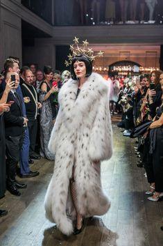 Fur Fashion, Vogue Fashion, Winter Fashion, Fashion Show, Fashion Guide, Long Fur Coat, Fur Coats, Fabulous Furs, Mode Chic
